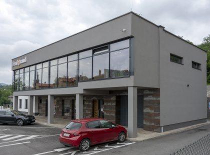 Polyfunkčný objekt v Handlovej s oknami Slovaktual